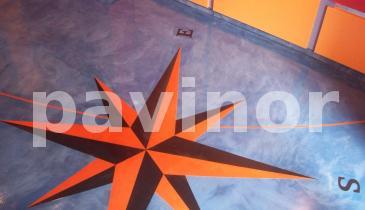 dibujo rosa de los vientos en microcemento naranja y negro sobre fondo azul