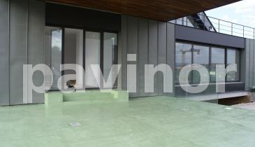 Chalet en microcemento y laminas de acero verde