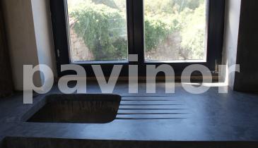 Mesa de microcemento con huevo para el fregadero