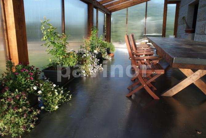 Mesa rústica en cenador en invernadero