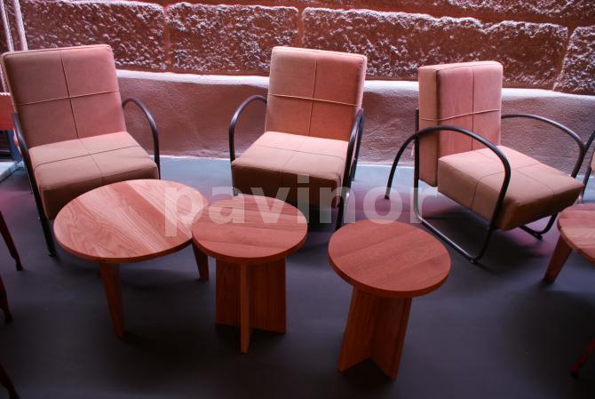 Sillas y mesas de madera sobre acero inoxidable