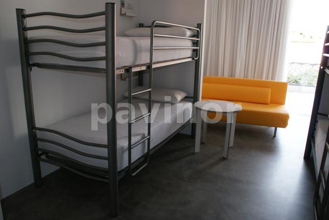 Habitación albergue en microcemento