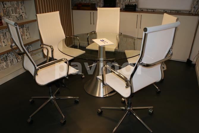 sala de juntas dos, silla blancas sobre suelo pavinox argenta