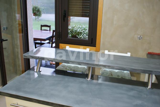 Encimera sobreelevada en peninsula cocina con aplicación de revestil aluminio