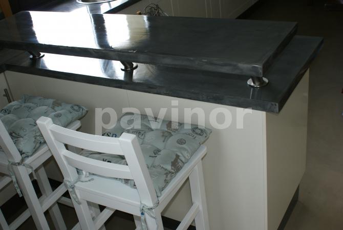 Muebles lacados en blanco y encimera aluminio