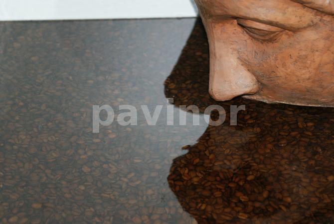 Granos de café con resina transparente