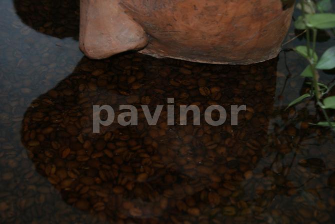 Detalle encimera baño resina y granos de café
