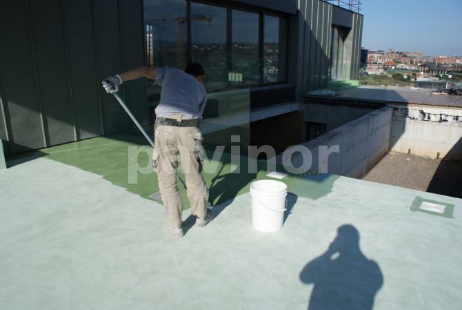 aplicación de sellador de poliuretano sobre microcemento