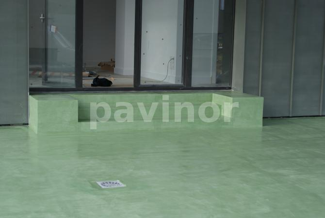 Escalones exteriores en microcemento verde