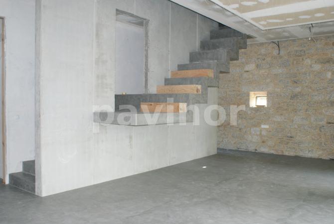 escalera de microcemento y madera de castaño