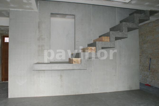 Vista lateral de escalera adherida a muro de hormigón prefabricado