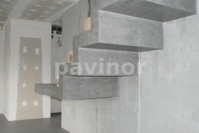 escalera en microcemento gris
