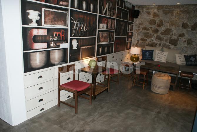la industrial, decoración con microcemento gris y muebles blancos y pared de piedra