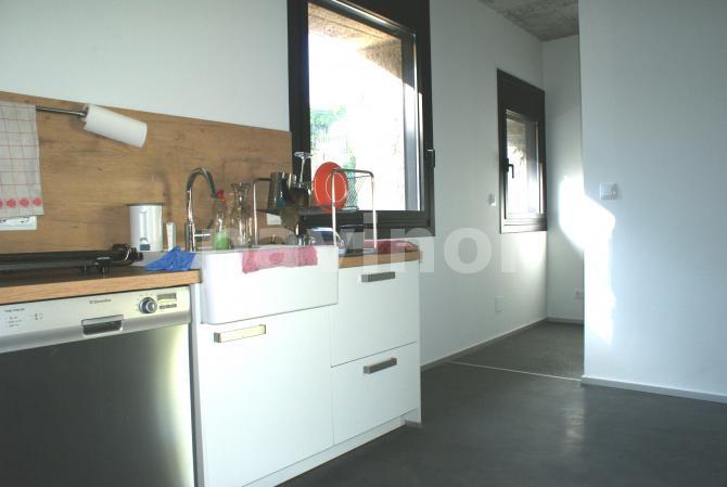 Cocina y despensa con pavimento continuo