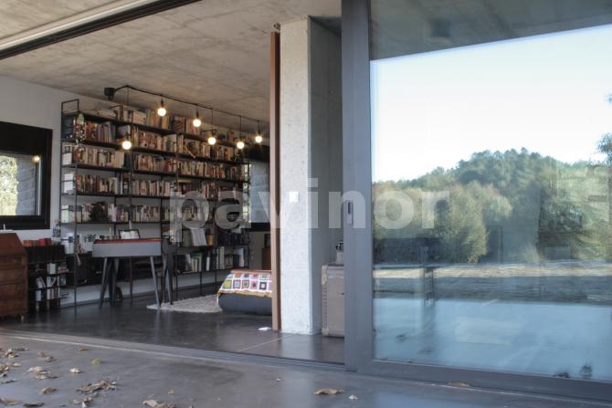 Esterior y biblioteca en pavinox