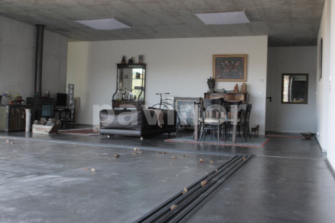 Vista general de salon y porche con galeria de corredera abierta