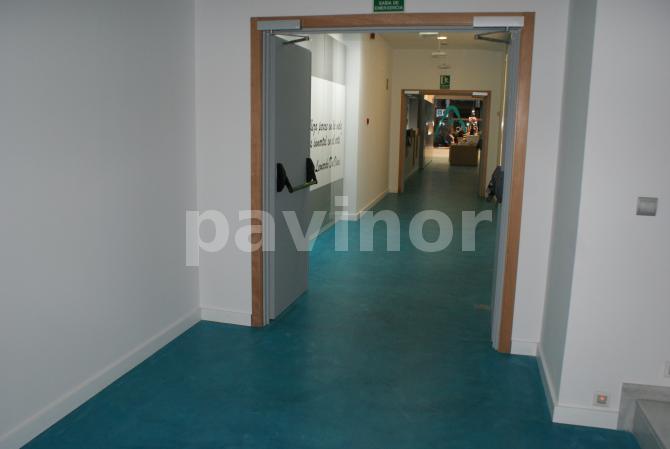 Suelo de Microcemento azul en clínica estética de Ourense