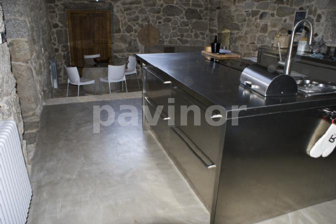 Cocina en microcemento, acero y piedra