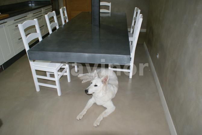 Mesa suspendida realizada en revestil aluminio
