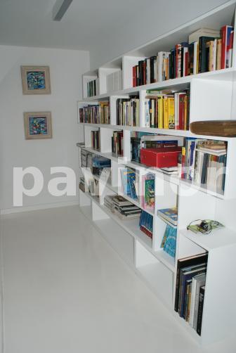 Suelo biblioteca en epoxi blanco